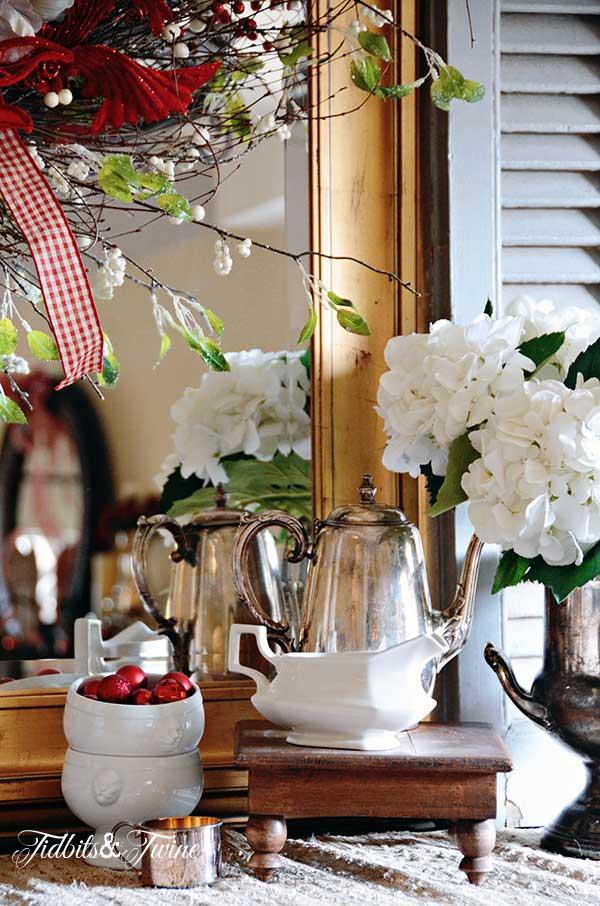 Tidbits&Twine-Christmas-Buffet-Vignette