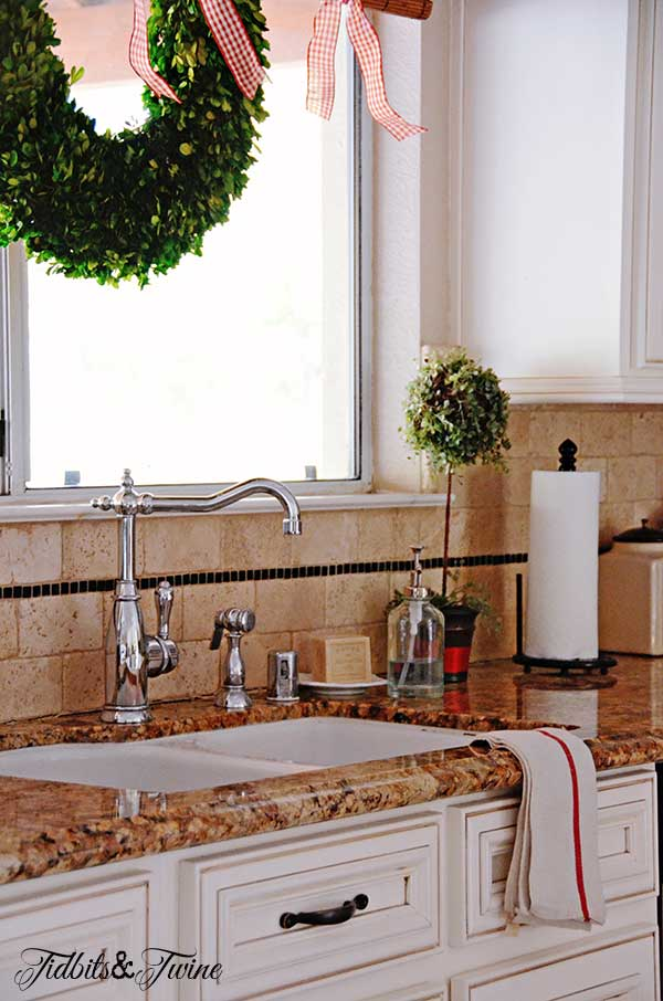 Tidbits&Twine-Christmas-Kitchen-Sink