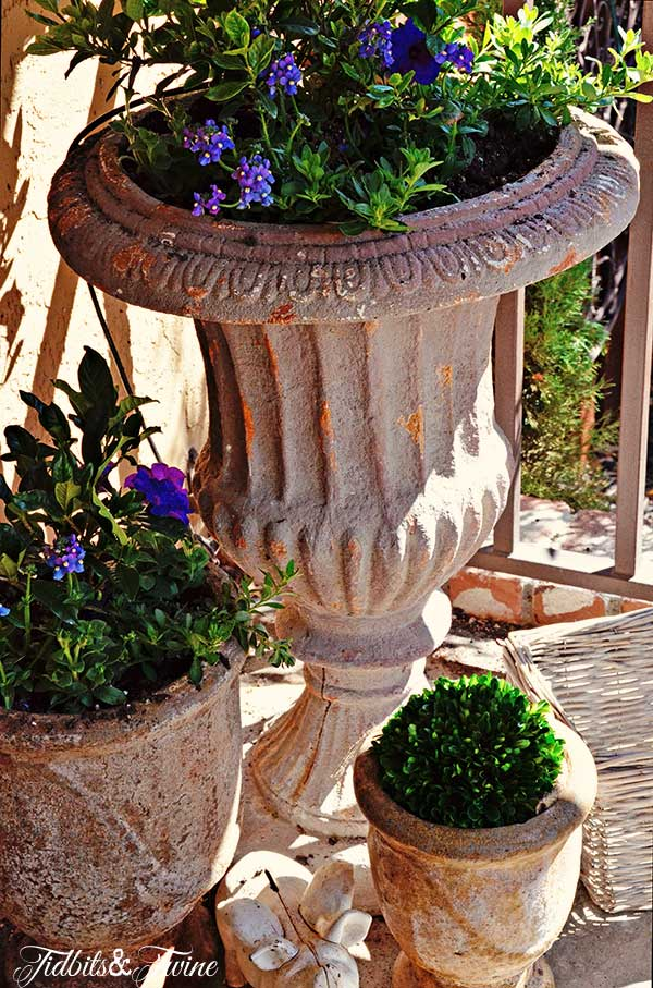TIDBITS-&-TWINE-Front-Porch-Flowers