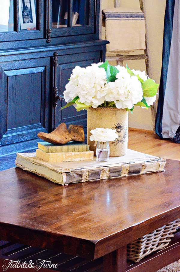 TIDBITS-&-TWINE-Coffee-Table-Vignette---The-Contained-Grouping