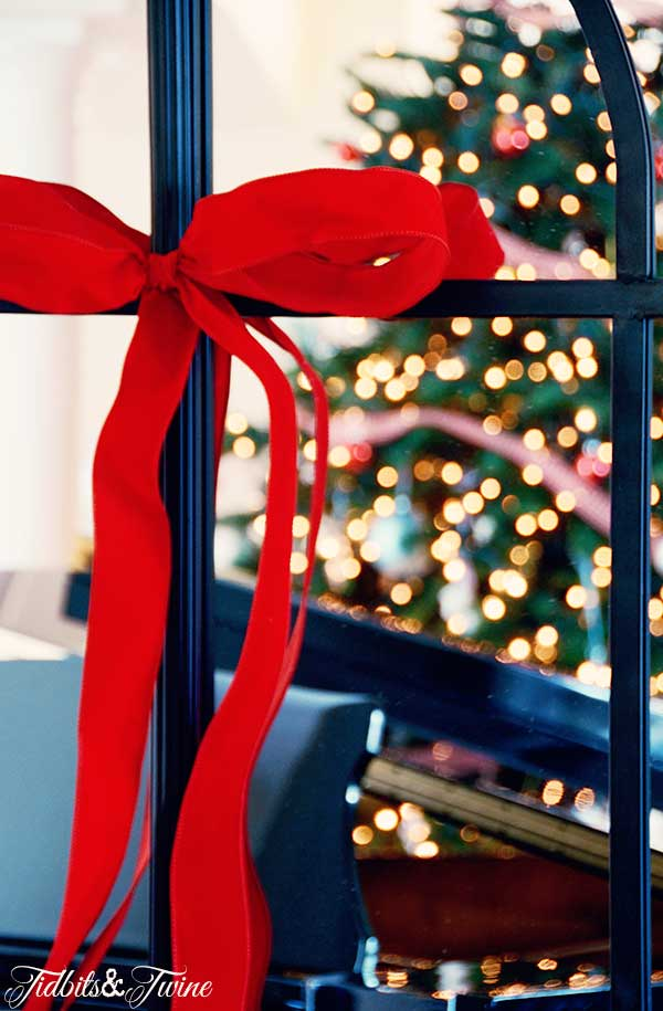 TIDBITS-&-TWINE-Christmas-Living-Room-Bow