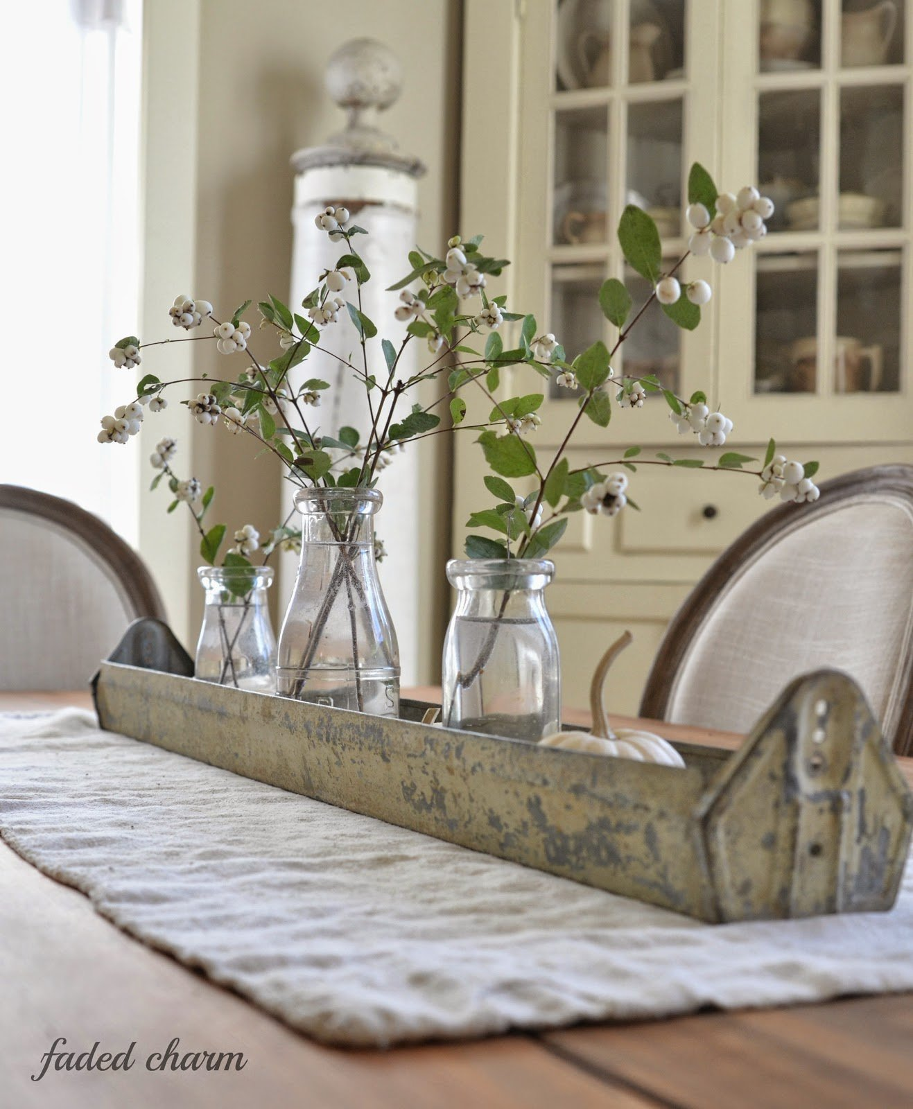 Dining table decor for an everyday look tidbits twine for Long dining table decor