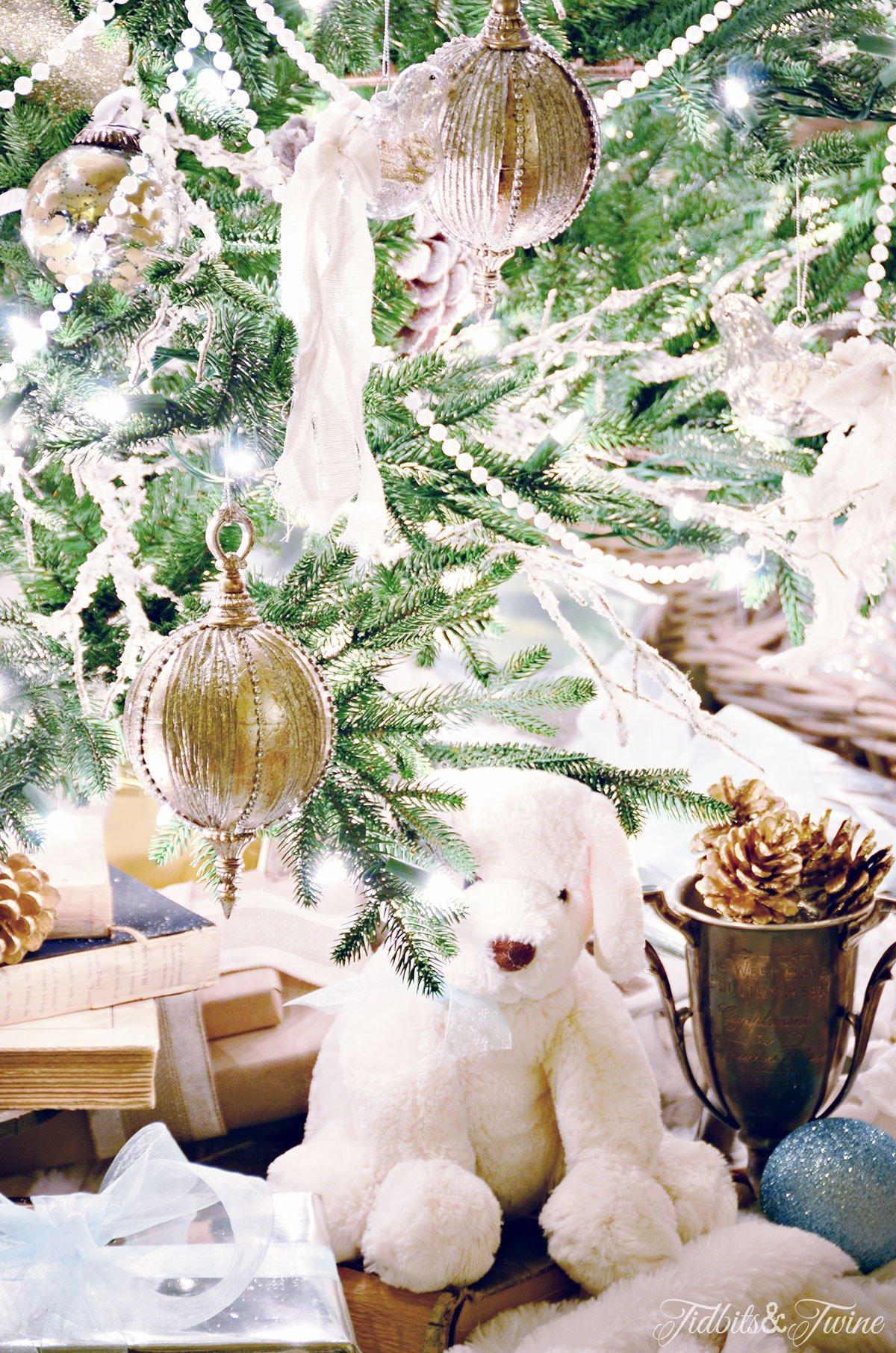 TIDBITS&TWINE-Christmas-Tree-2015-Presents