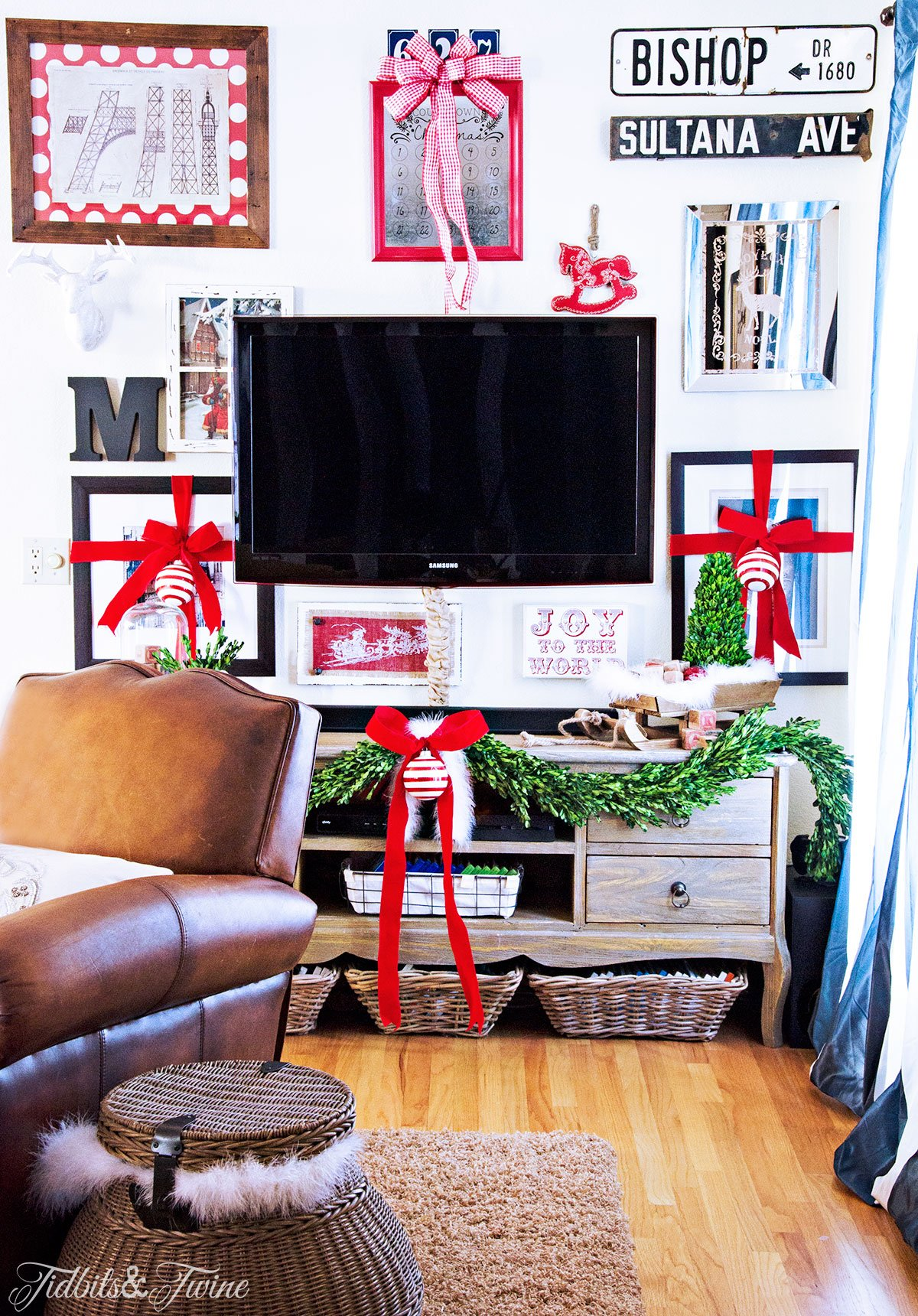 TIDBITS&TWINE Christmas TV Gallery Wall 2015