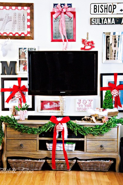 Decking the Walls {A Christmas Gallery Wall}