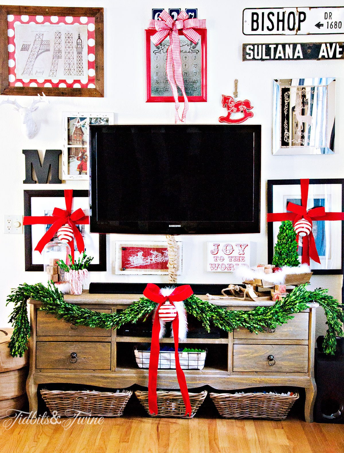 TIDBITS&TWINE How to Make a TV Gallery Wall Christmas 2015